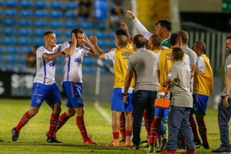 Lucas Fonseca, autor do primeiro gol, comemora com o jogadores reservas - Foto: JL Rosa l Diário do Nordeste