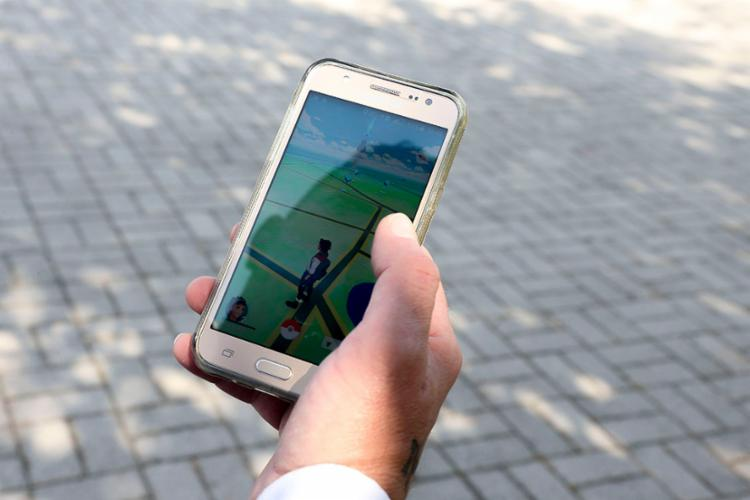 Mais da metade dos adolescentes entrevistados consideram passar muito tempo com o celular - Foto: Marcos Santos | USP Imagens