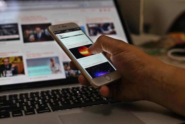 Mais da metade dos estudantes afirmam que utilizaram o celular para fazer atividades escolares - Foto: Bruno Fortuna | Fotos Públicas