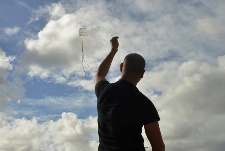 Utilização de cerol nas linhas das pipas provoca riscos a quem passa pelo local - Foto: Shirley Stolze | Ag. A TARDE