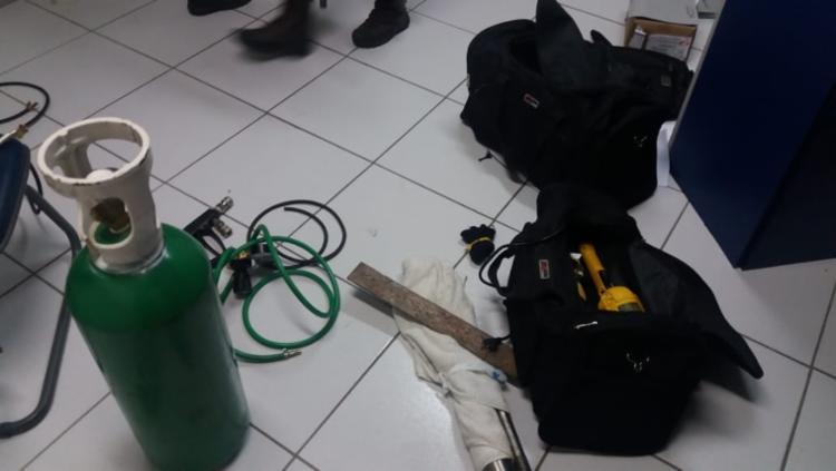 Cilindros e maçaricos foram apreendidos em carro usado pelos criminosos - Foto: Divulgação   SSP-BA