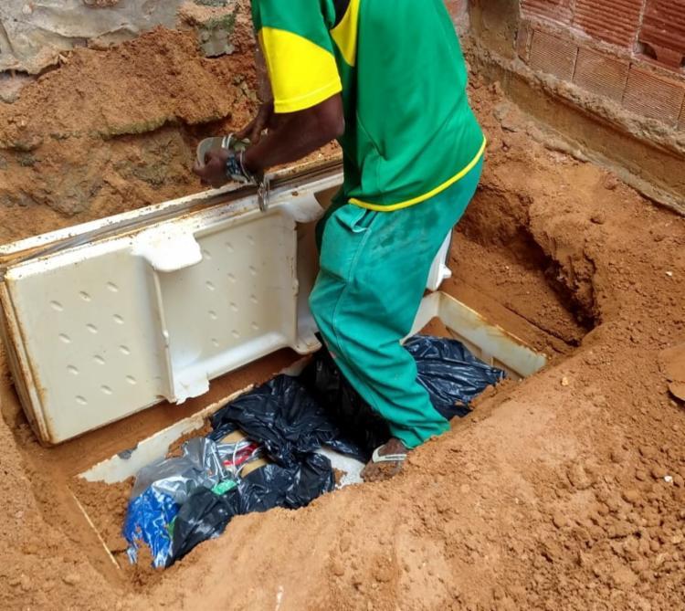 Droga e armamentos estavam enterrados dentro de um freezer - Foto: Divulgação | SSP-BA