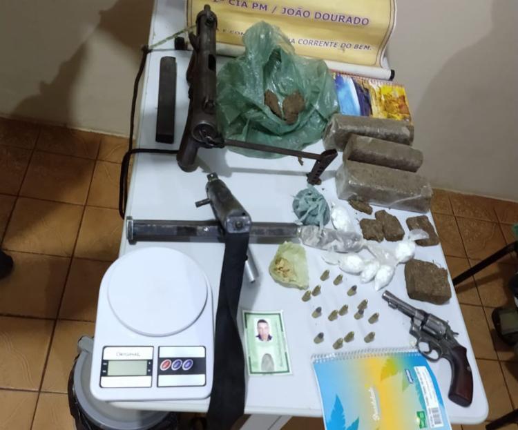 Armas, drogas e balança foram apreendidos com os suspeitos
