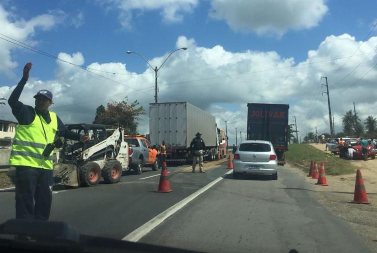 Agentes da PRF e da ViaBahia orientam fluxo de veículos no local - Foto: Cidadão repórter   Via WhatsApp