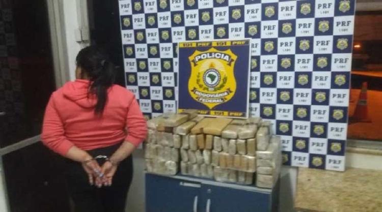 Suspeita transportava duas malas contendo 59 tabletes do entorpecente - Foto: Foto: Divulgação |PRF