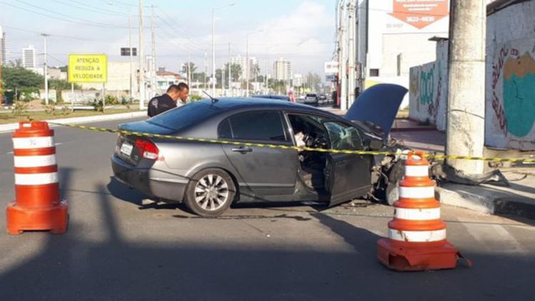 O carro onde estava a ex-namorada e o suspeito colidiu em dois veículos e se chocou em um poste