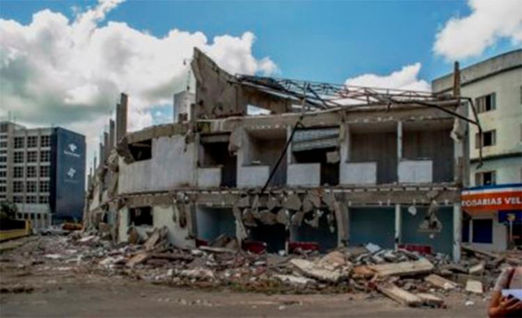 A destruição foi iniciada após parte do centro comercial ter desabado há cerca de um mês - Foto: Reprodução