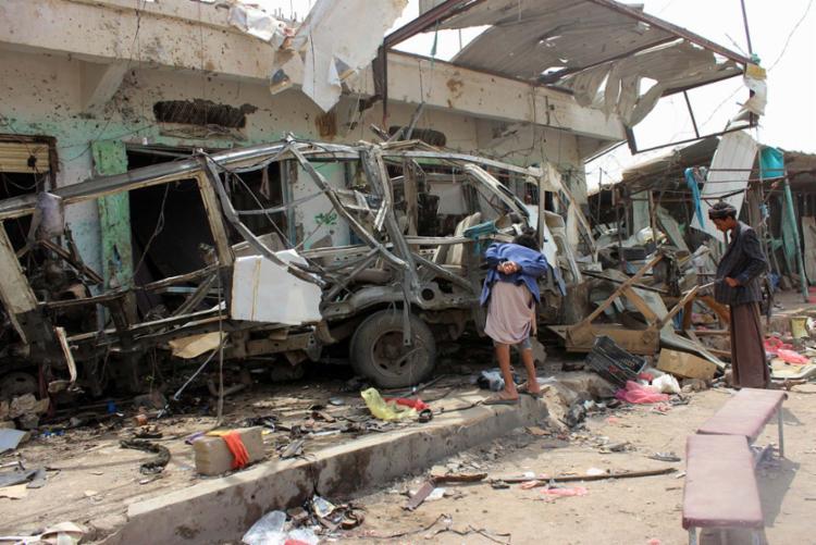 Um ataque aéreo atingiu um ônibus com crianças em Dhayan - Foto: AFP