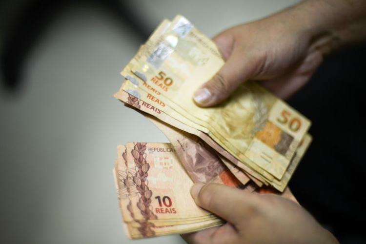 Inicialmente, o governo tinha proposto salário de R$ 998 para o ano que vem - Foto: Marcello Casal Jr l Agência Brasil l Arquivo
