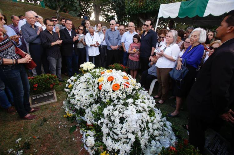 Na hora do sepultameto foram muitos os discursos, palmas e relatos emocionados sobre Edivaldo Boaventura - Foto: Luciano Carcará   Ag. A TARDE