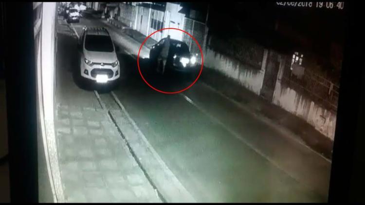 Filmagem mostra um dos criminosos entrando um veículo após assalto - Foto: Reprodução