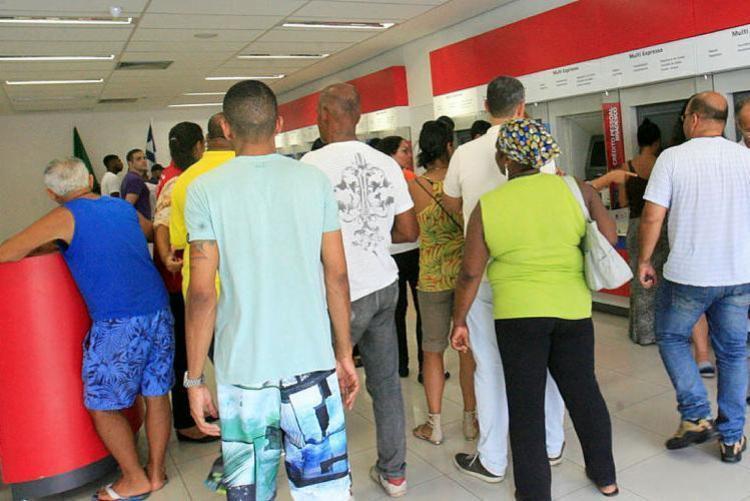 Agências iniciam atendimento aos clientes cerca de uma hora mais tarde - Foto: Margarida Neide | Ag. A TARDE | 07.10.2016