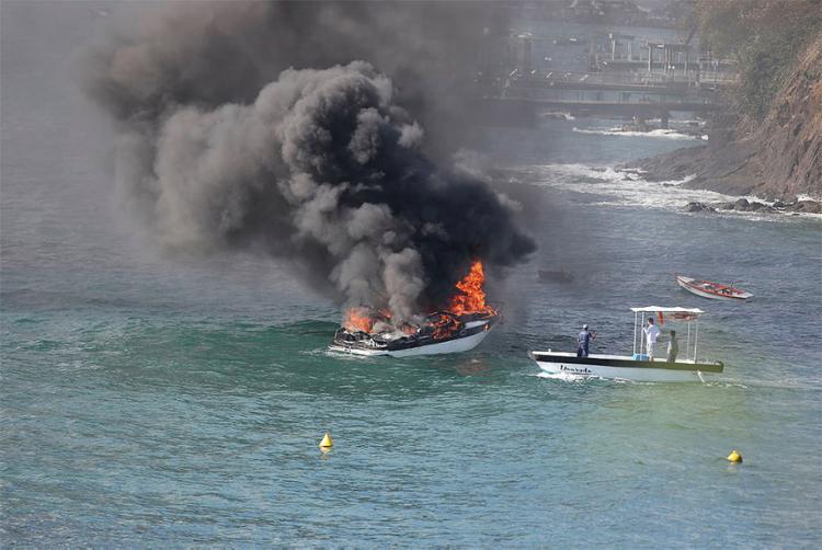Chamas começaram na casa de máquinas da embarcação - Foto: Tiago Caldas l Ag. A TARDE