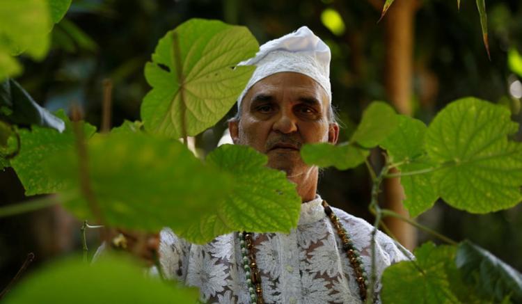 Tata Anselmo, do terreiro Mokambo, diz que para o banho de folhas funcionar, é preciso ter fé: