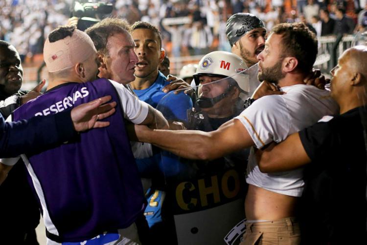 Alguns torcedores entraram em conflito com a PM, enquanto outros tentaram invadir o campo do Pacaembu - Foto: Marcelo Galvão | Estadão Conteúdo