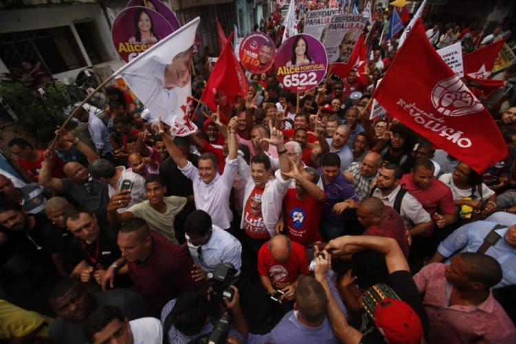 Haddad caminhou do Curuzu até o Plano Inclinado, na Liberdade, ao lado de Rui, seu principal cabo eleitoral no estado - Foto: Adilton Venegeroles l Ag. A TARDE