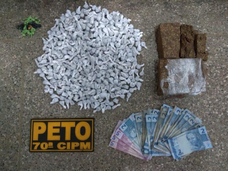 Dos 1 kg foram encontrados 360 porções de maconha, quatro tabletes e 363 porções do mesmo entorpecente embaladas para consumo e 19 pedras de crack - Foto: Divulgação | PM-BA