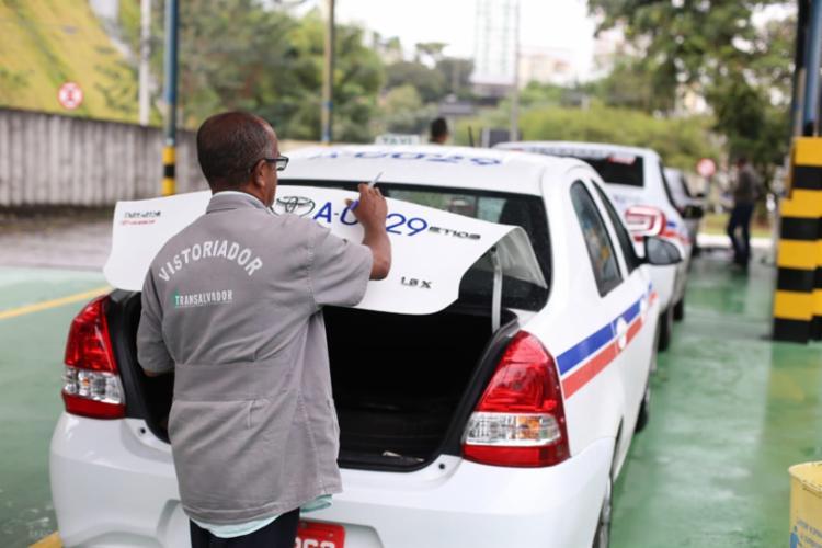 Táxis que passarem pela vistoria recebem selo de qualidade - Foto: Raul Spinassé | Ag. A TARDE