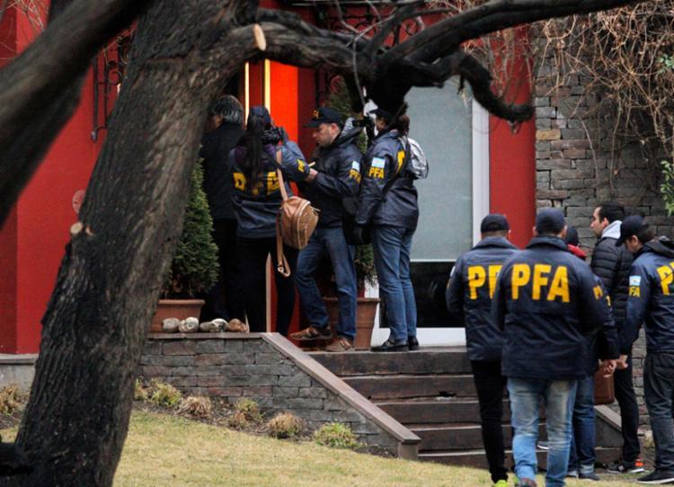 Inspetores judiciais e policiais operam na casa de Kirchner em El Calafate - Foto: AFP