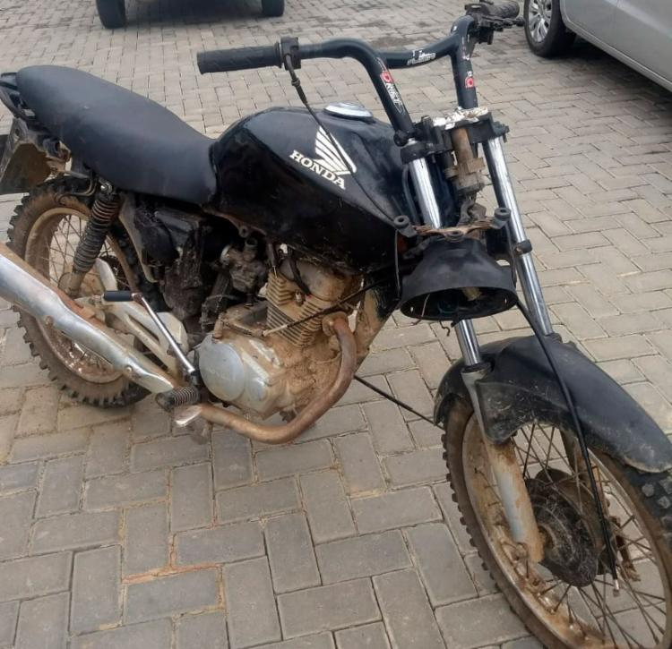 Criminosos também estavam com uma moto, que foi apreendida com os outros objetos