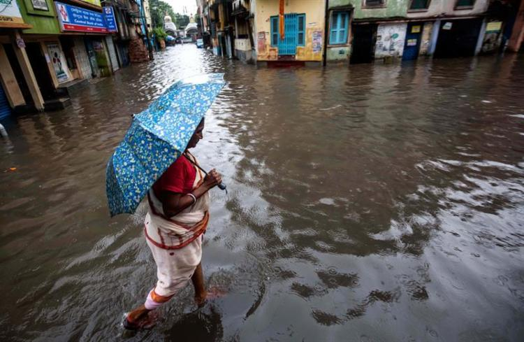 Mais de 1,5 mil campos estatais foram inundados, ilhando os moradores. - Foto: Agência Brasil