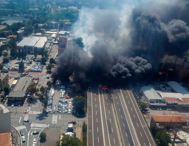 Um caminhão que transportava substâncias inflamáveis explodiu com o impacto - Foto: Handout | Vigili Del Fuoco | AFP