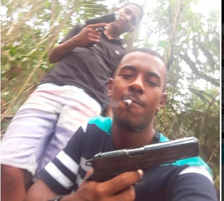 Leo Camelo (à frente) ostentava fotos com armas e drogas - Foto: Divulgação | SSP-BA