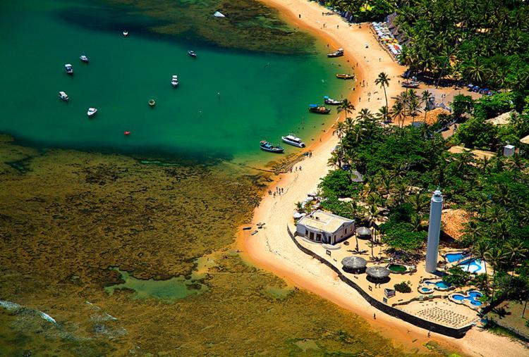 Praia do Forte possui atrações como o Castelo Garcia D'avila, a Reserva Sapiranga, o Projeto Tamar e o Instituto Baleia Jubarte - Foto: Divulgação