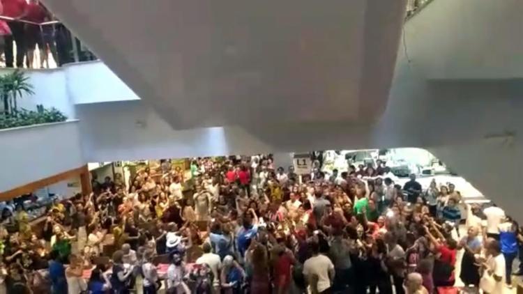 Simpatizantes ocuparam a praça de alimentação docentro de compras, localizadano piso térreo - Foto: Reprodução