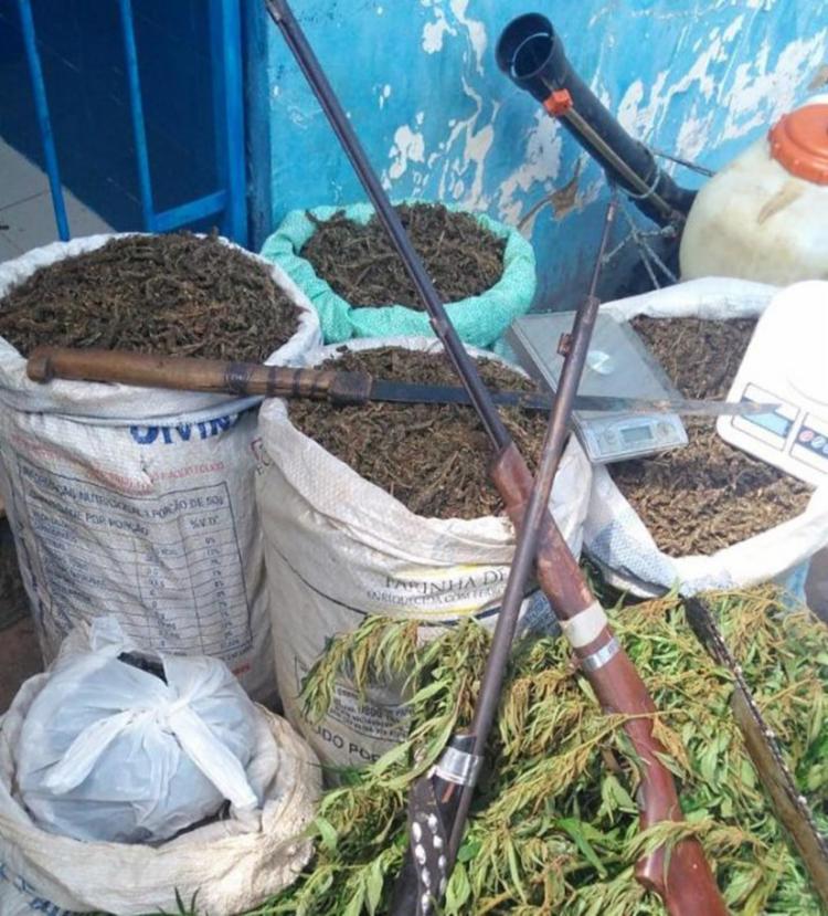 Drogas e armas apreendidas durante operação da polícia na zona rual da cidade - Foto: Reprodução   Acorda Cidade