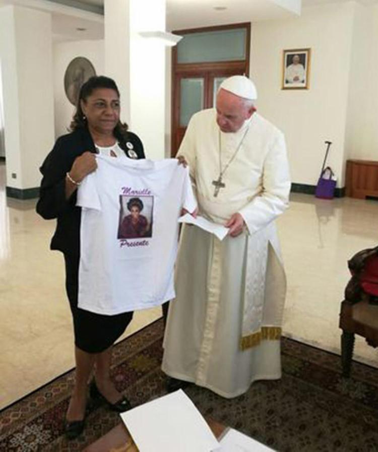 Marinete foi ao papa para contar a história da filha e ganhou um terço - Foto: Marinete Silva l Arquivo pessoal