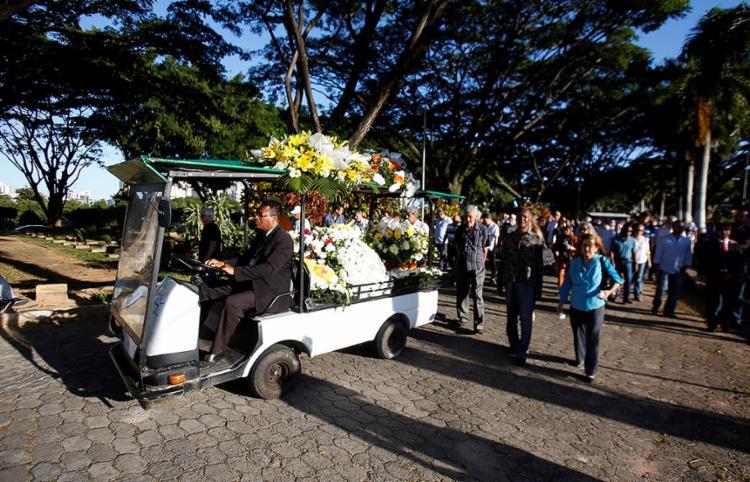 Cortejo fúnebre segue para a cerimônia de cremação ocorrida no Jardim da Saudade - Foto: Luciano Carcará l Ag. A TARDE