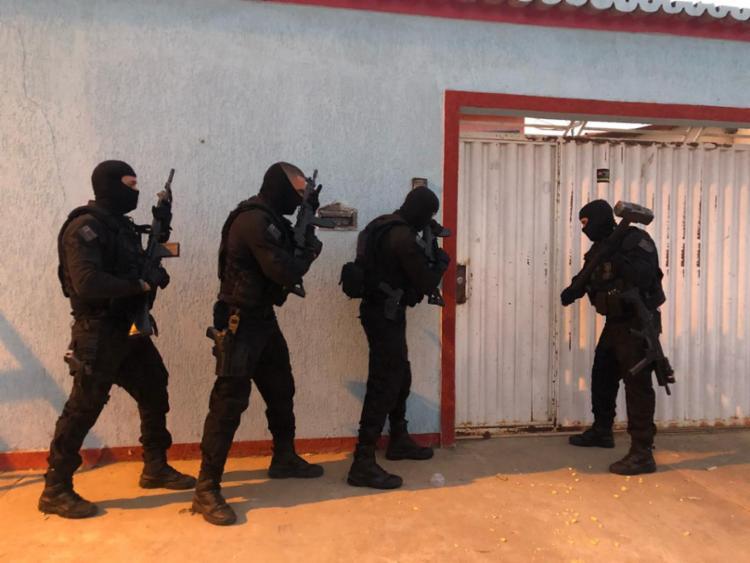 Agentes cumpriram mandados de prisão e busca e apreensão na casa dos suspeitos - Foto: Divulgação   SSP-BA