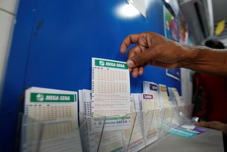 A aposta mínima na Mega-Sena custa R$ 3,50 e pode ser feita até as 19h - Foto: Luciano Carcará | Ag. A TARDE