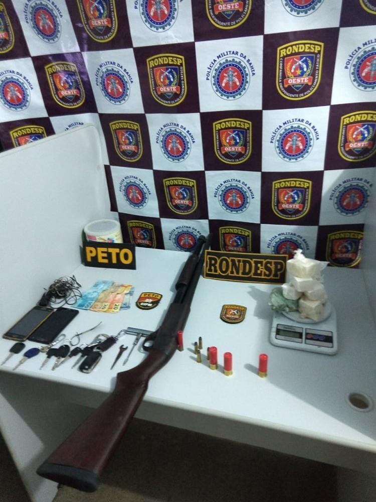 Um quilo de cocaína e uma espingarda foram encontrados com os criminosos