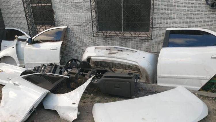 Sucatas encontradas correspondem a aproximadamente 30 veículos desmanchados - Foto: Divulgação | SSP-BA