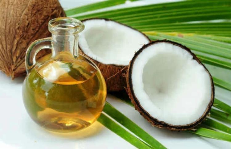 Segundo a epidemiologista Karin Michel, o óleo de coco é mais perigoso que banha por conter quase exclusivamente ácidos graxos saturados, que aumentam os níveis de colesterol (o ruim e o bom) e poderiam entupir as artérias coronárias - Foto: Getty Images