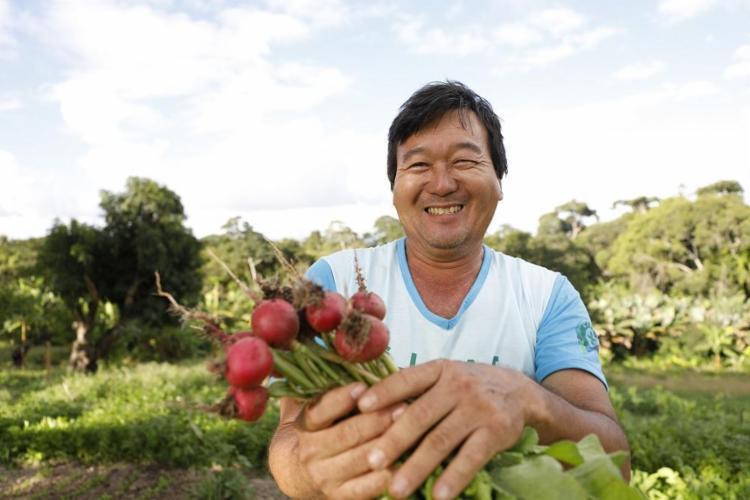 O produtor Kenzi Nishitani vende orgânicos em três feirinhas de Salvador - Foto: Joá Souza / Ag. A TARDE