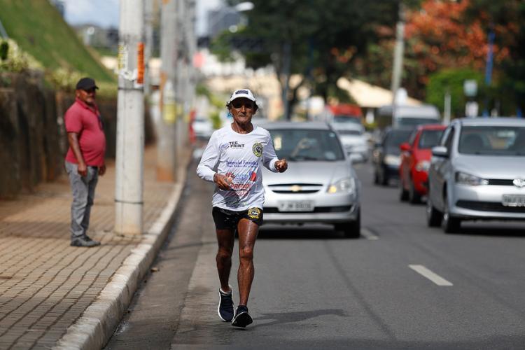 Passagem do ultramaratonista na região do Dique do Tororó - Foto: Raul Spinassé l Ag. A TARDE l 15.8.2018