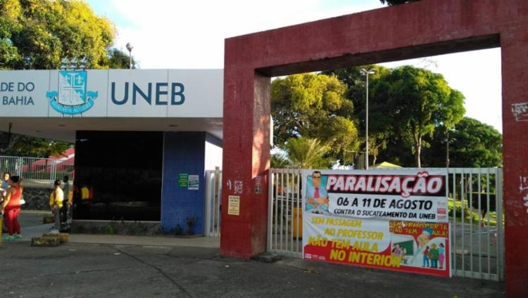 Portões da universidade amanheceram fechados por causa da paralisação - Foto: Divulgação | Aduneb