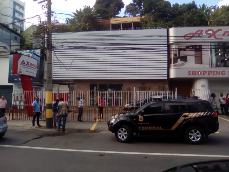 Agentes apreendem documentos e computadores de loja em Salvador - Foto: Joá Souza | Ag. A TARDE