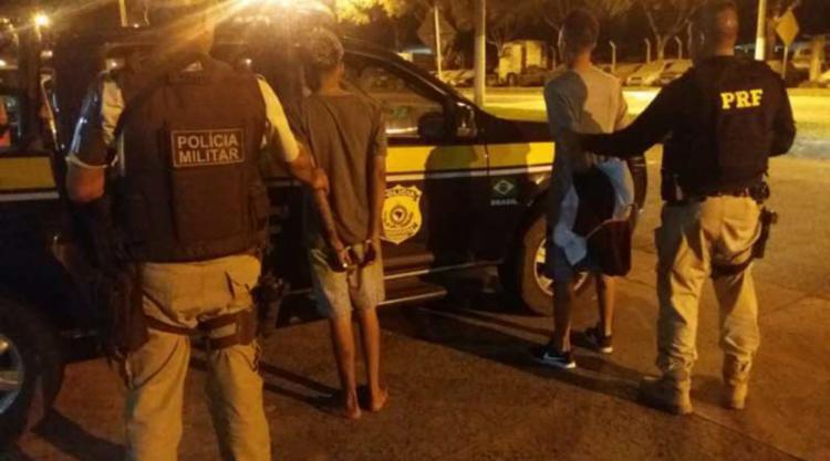 Dupla foi capturada com aparelho celular que havia sido roubado - Foto: Divulgação | PRF