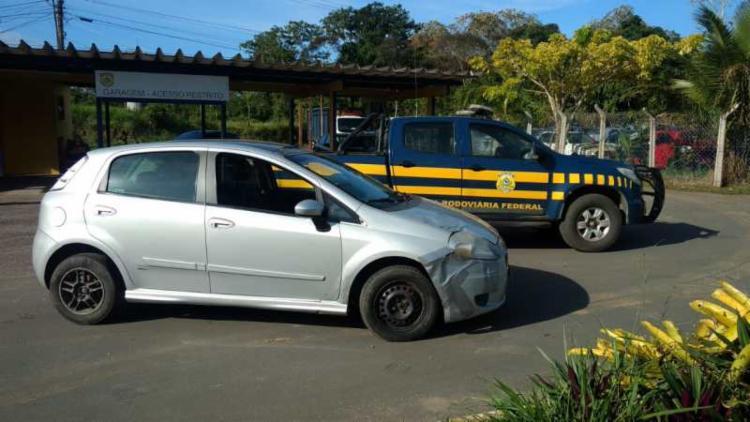 Carro apresenta diferentes adulterações, incluindo placas clonadas - Foto: Divulgação | PRF