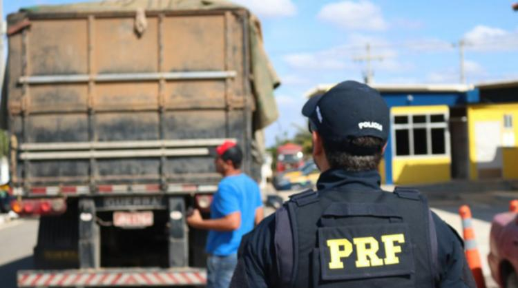 A ação, denominada Operação Libras, flagrou mais de 300 toneladas de excesso de peso entre os dias 14 e 17 na BR-242 - Foto: Divulgação | PRF