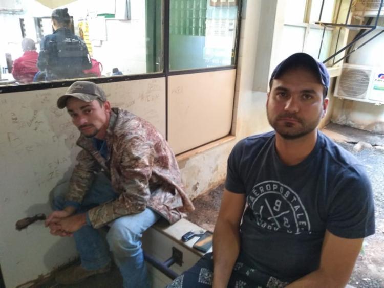 Ramon e Cassiano tentaram se livrar das armas, mas foram presos em flagrante - Foto: Divulgação   SSP-BA