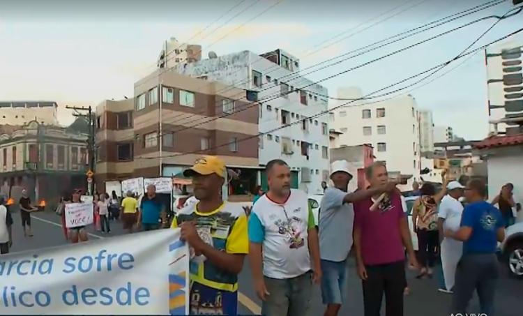 Manifestantes bloquearam avenida principal do bairro - Foto: Reprodução | TV Bahia