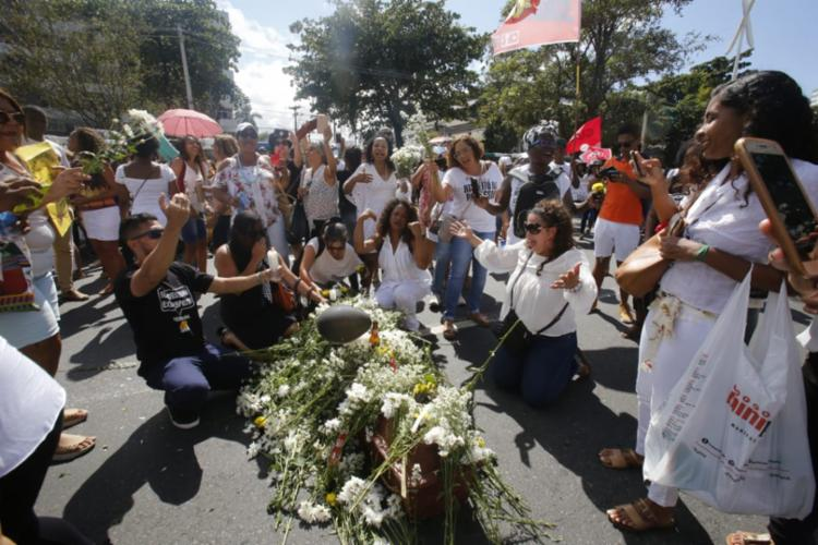 Trabalhadores levaram caixão coberto com flores para simbolizar enterro do prefeito - Foto: Margarida Neide | Ag. A TARDE