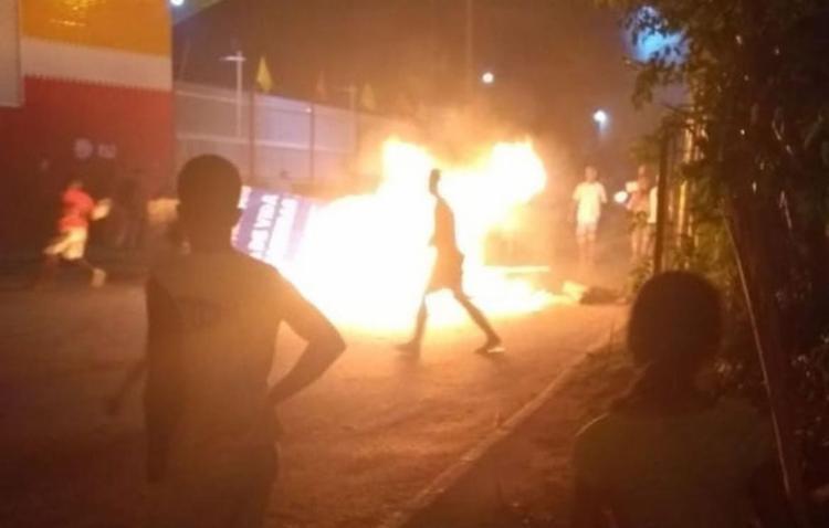 Manifestantes fecharam a rua e colocaram fogo em objetos - Foto: Cidadão Repórter l Whatsapp
