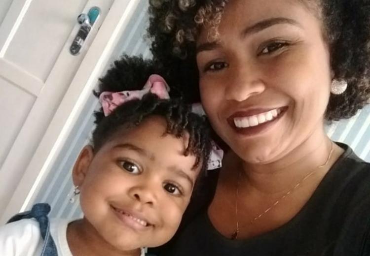 Karine Rodrigues sempre conversa com a filha Karine para tentar driblar a influência das propagandas infantis - Foto: Divulgação
