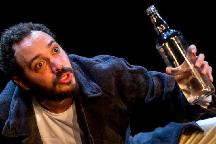 No palco, João Guisande interpreta dois personagens com características opostas - Foto: Divulgação